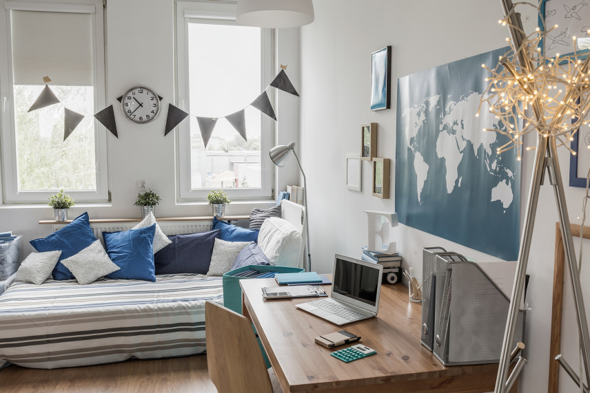 Pokój ucznia z biurkiem w stylu skandynawskim