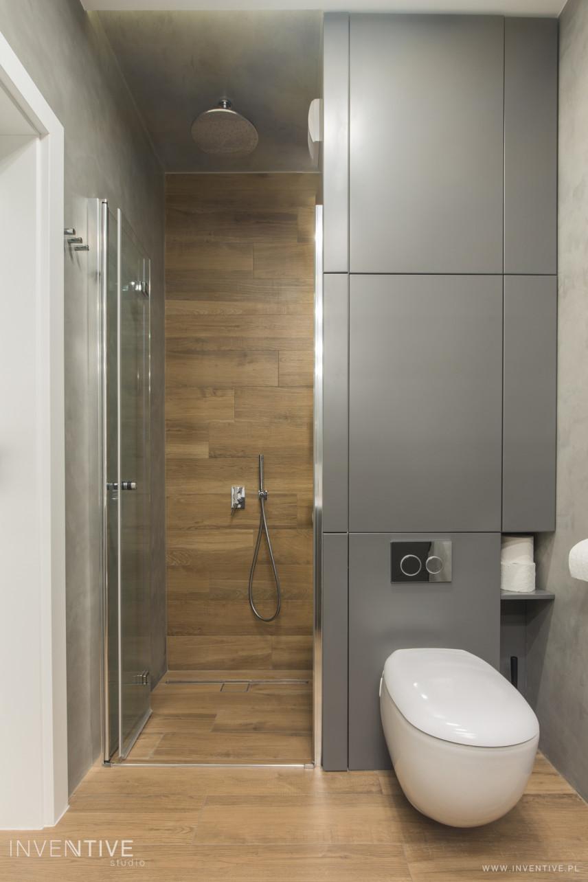 Łazienka z szarą płytą na ścianie