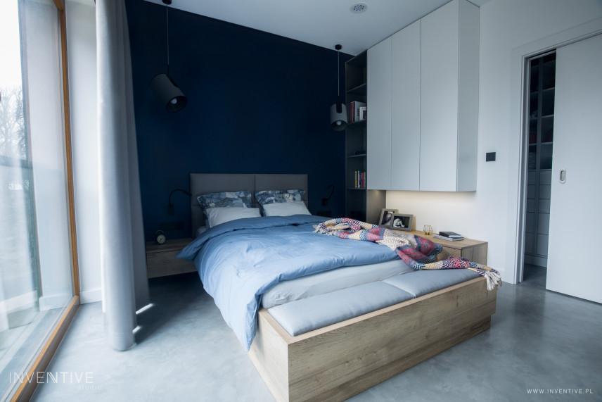 Sypialnia z drewnianym łóżkiem kontynentalnym