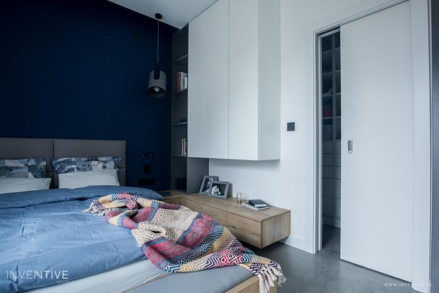 Sypialnia z biało-granatową ścianą
