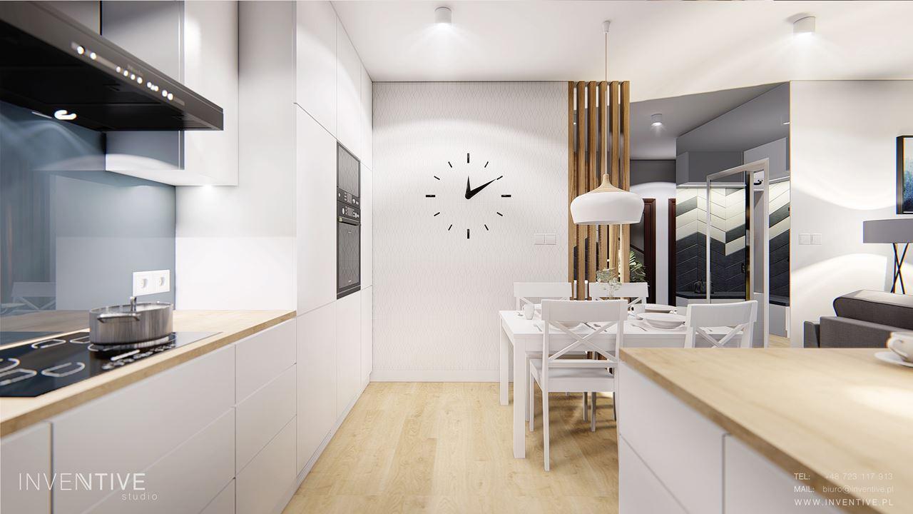 Biała kuchnia ze ściennym zegarem