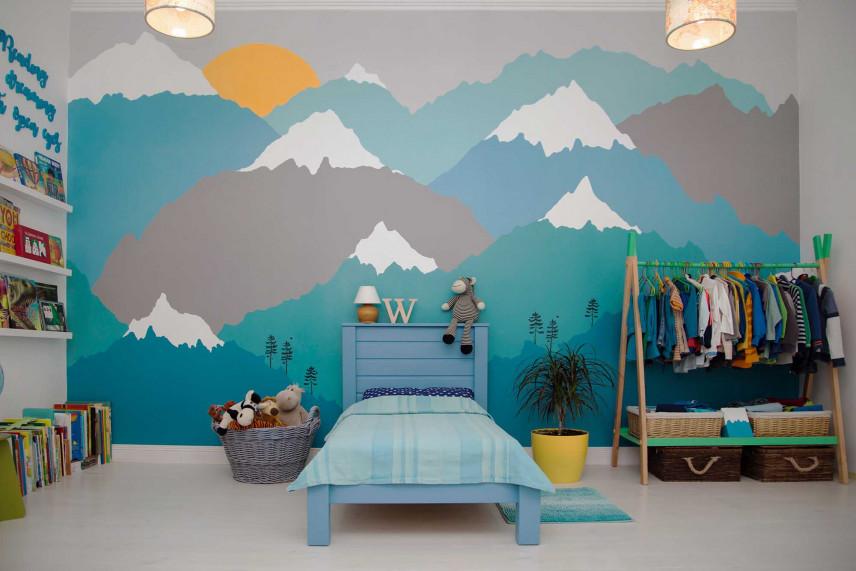 Niebiesko-szary pokoik z tapetą z motywem gór