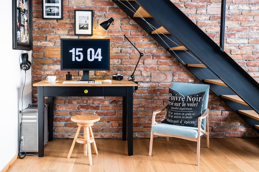 Pokój w stylu industrialnym z cegłą na ścianie