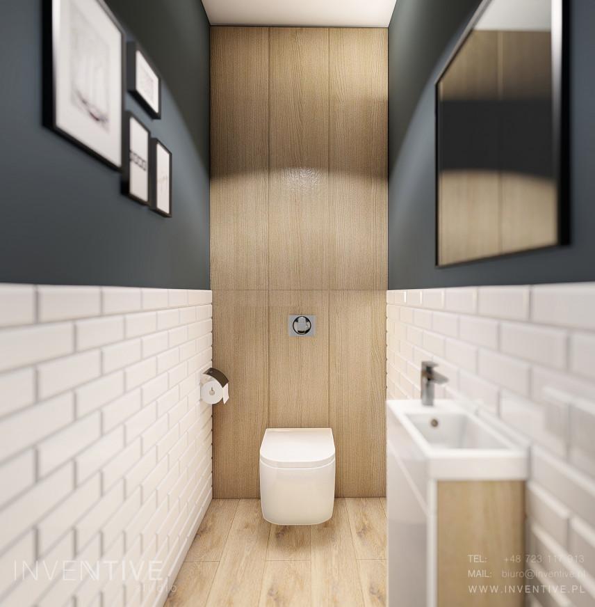 Łazienka z obrazami na ścianie