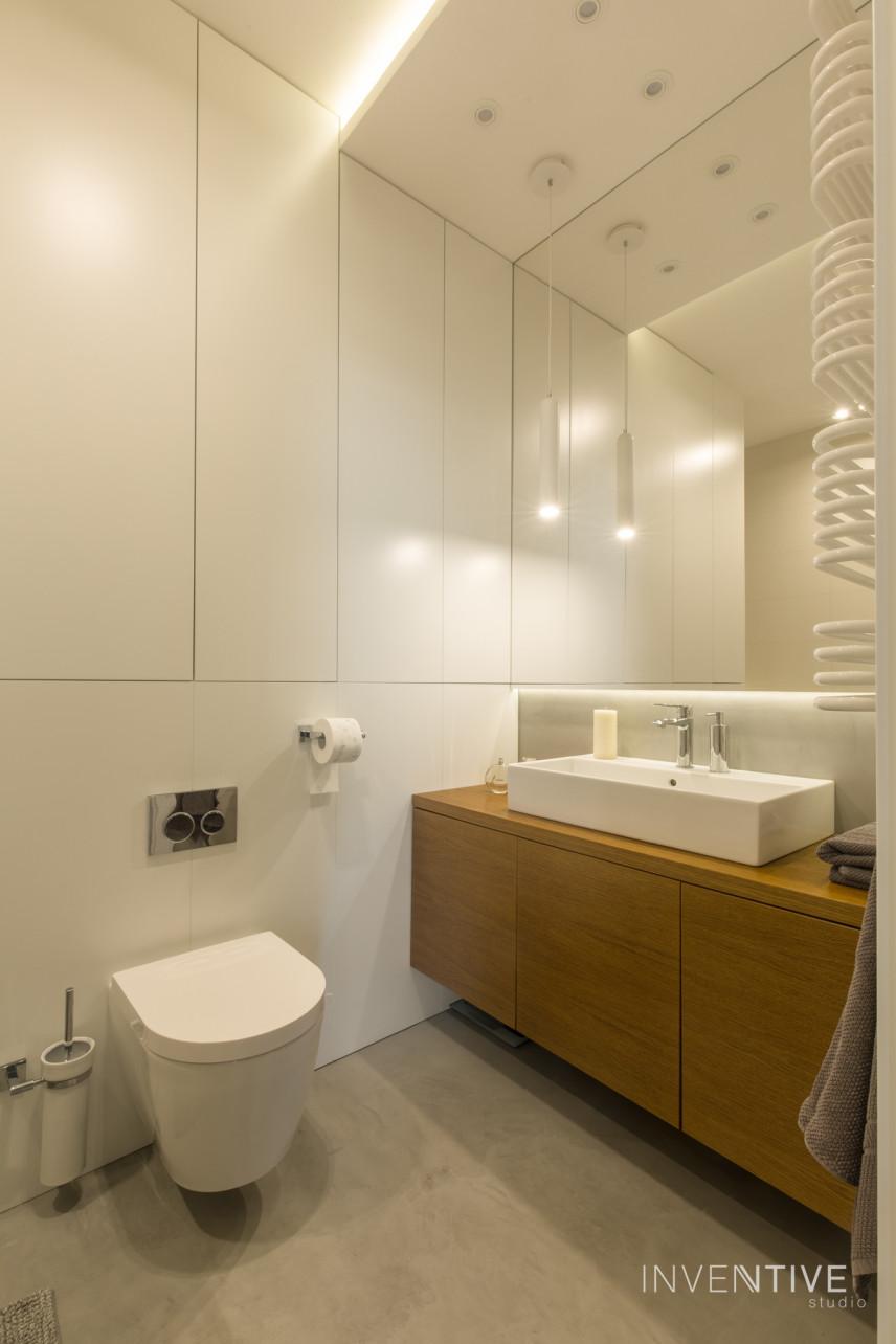 Łazienka z betonową podłogą