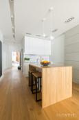 Projekt mieszkania z kuchnia i płytkami na ziemi z imitacją drewna