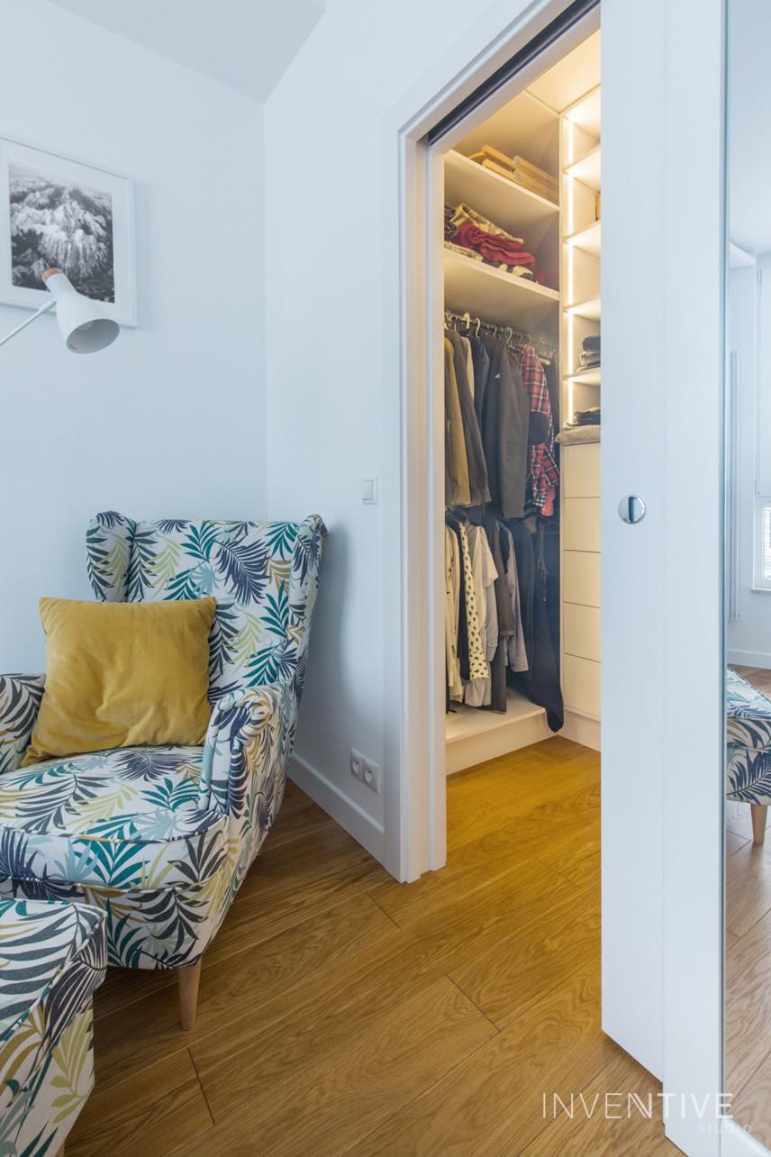 Garderoba z wejściem od salonu