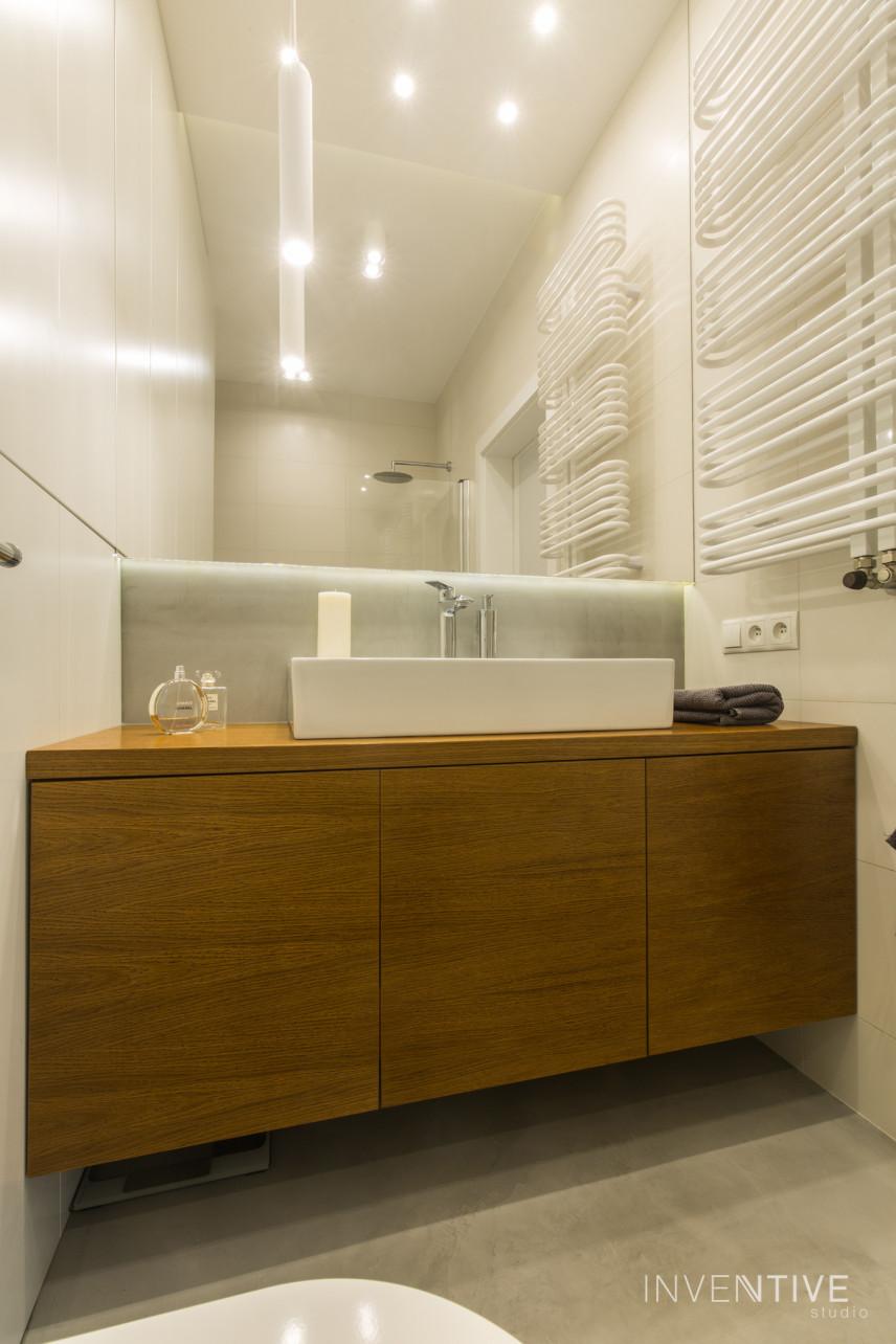 Aranżacja łazienki z białym grzejnikiem