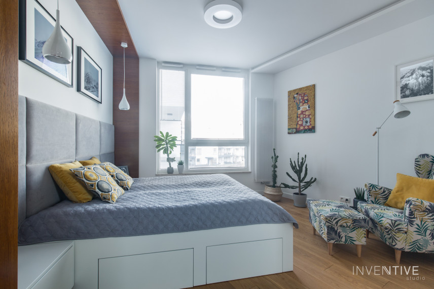 Aranżacja sypialni z drewnianym łóżkiem kontynentalnym