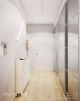 Jasny korytarz z drewnianą podłogą