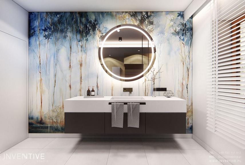 Stylowa łazienka z abstrakcyjną grafiką lasu