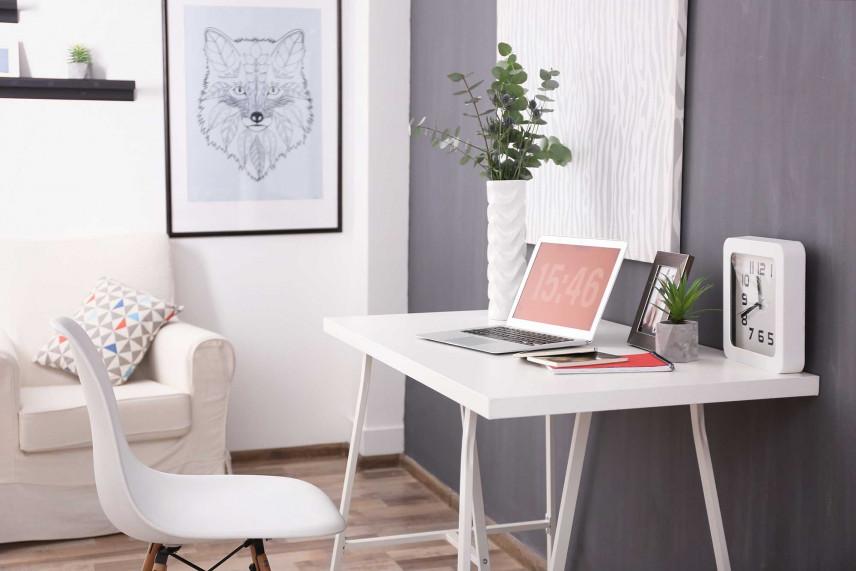 Nowoczesne, jasne biurko w mieszkaniu