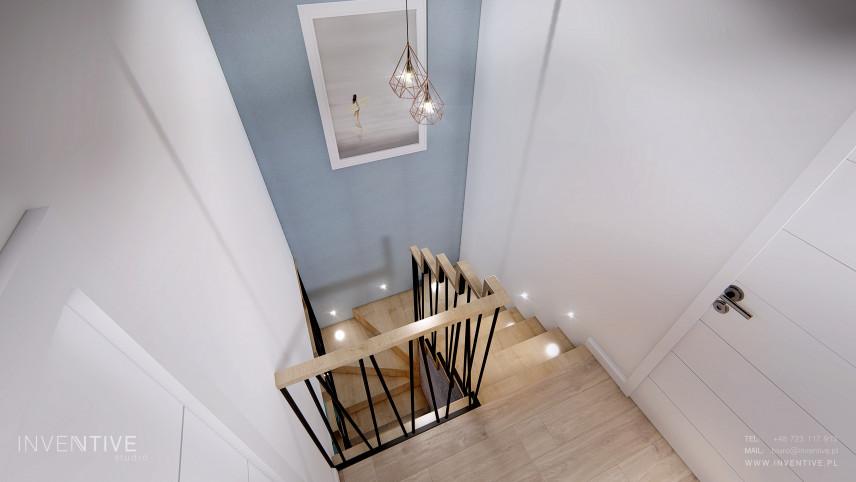 Korytarz ze schodami i błękitną ścianą