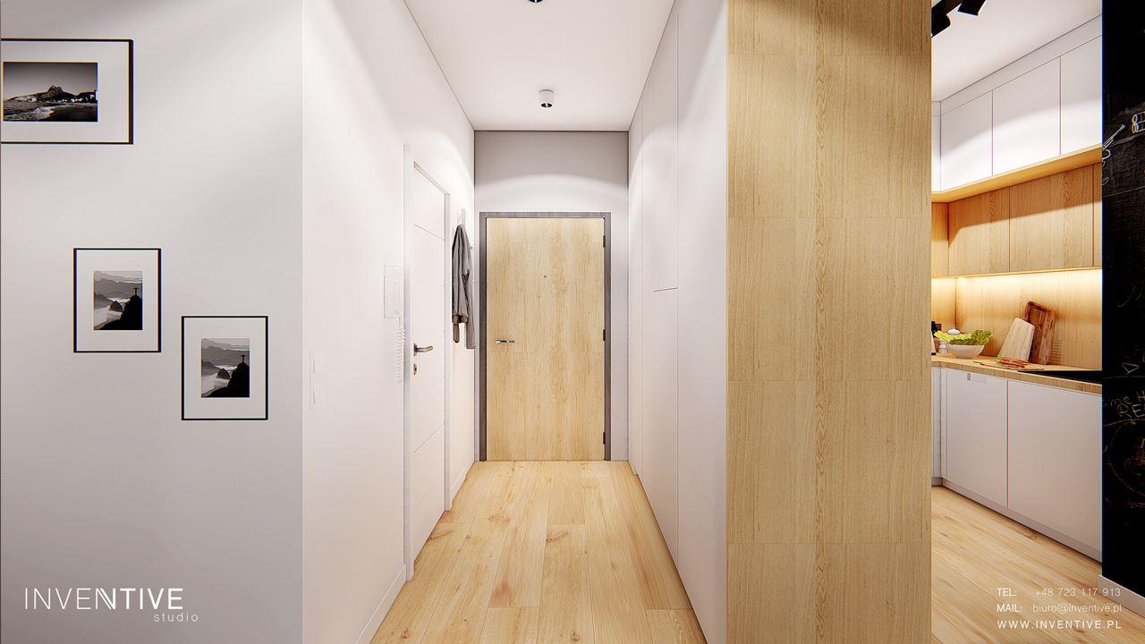 Jasny przedpokój z drewnianą podłogą