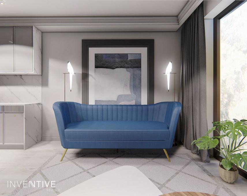 Niebieska sofa w szarym salonie