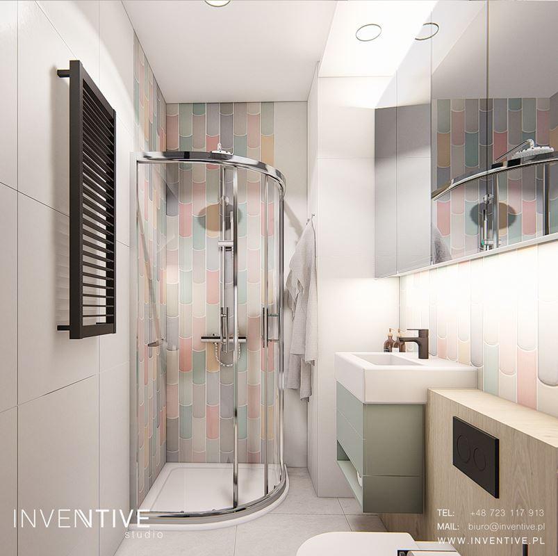 Mała łazienka z kolorowymi kaflami