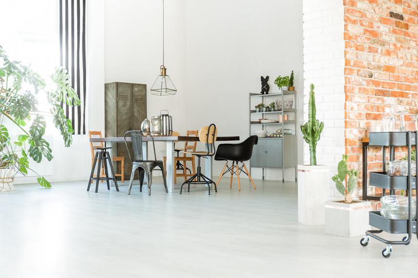 Biały salon z cegłą