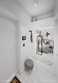 Biały korytarz w stylu loft