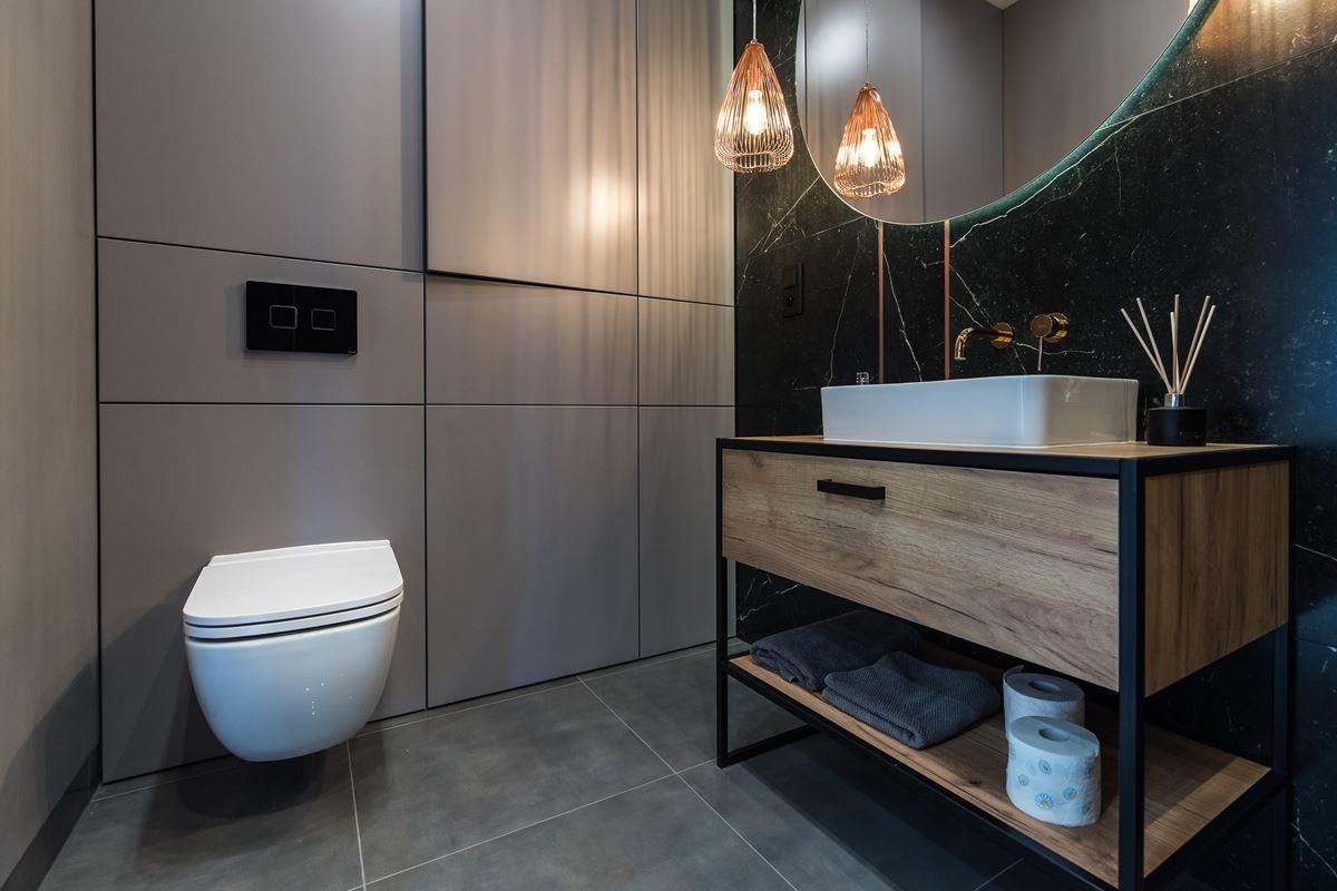 Aranżacja łazienki z szarymi dużymi płytkami na podłodze