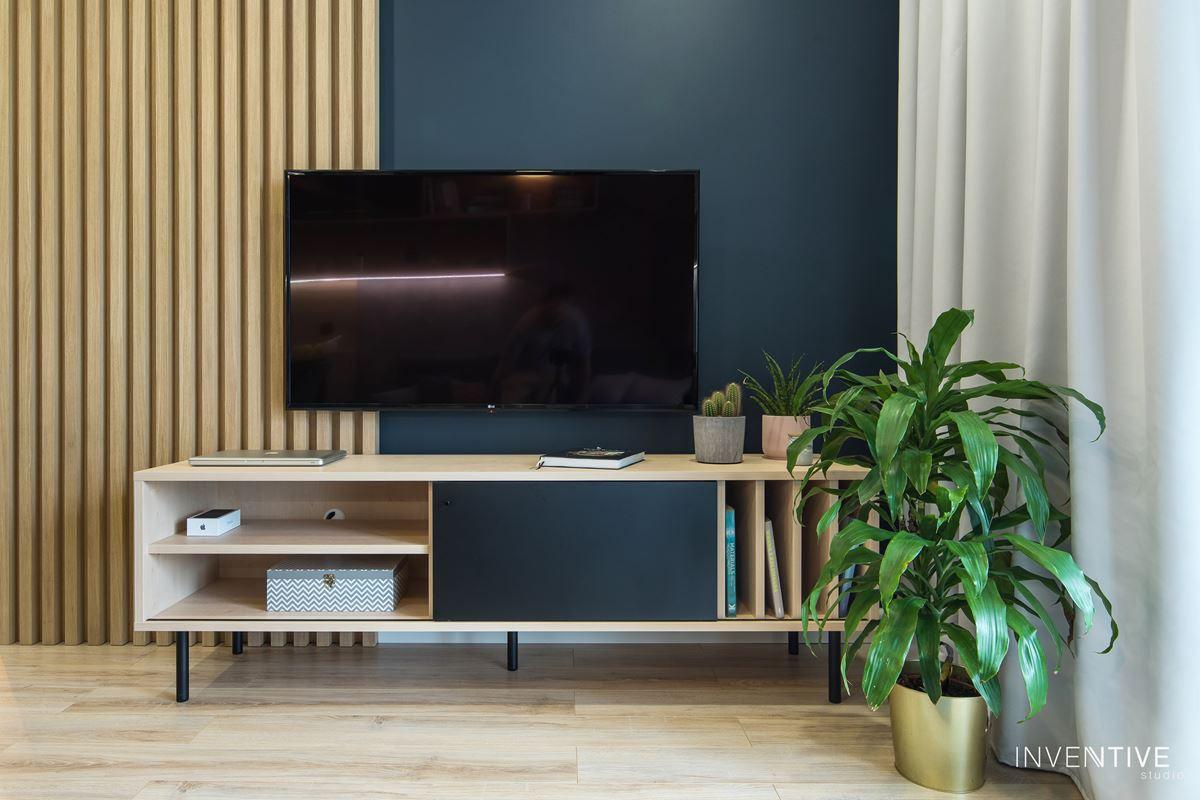 Aranżacja salonu z pionowym drewnem na ścianie
