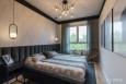 Projekt sypialni z beżową tapetą na ścianie