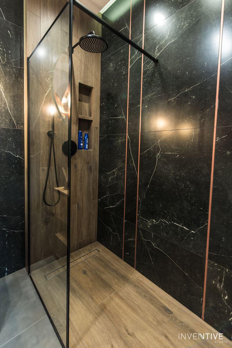 Aranżacja łazienki z ciemnymi gresowymi płytkami na ścianie