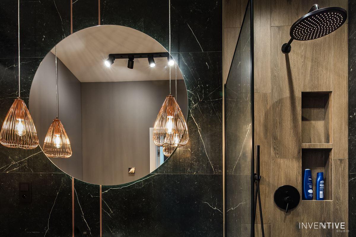Projekt łazienki z grafitowymi płytkami