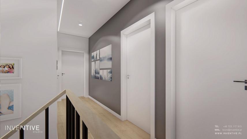 Szaro-biały korytarz z obrazami na ścianie