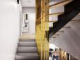 Aranżacja wnętrza z drewnianymi schodami