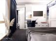 Aranżacja sypialni z granatowymi zasłonami