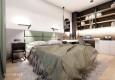 Aranżacja sypialni z zielonym zagłówkiem