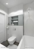 Biała łazienka z wanną i prysznicem