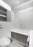 Biała łazienka z prysznicem i wanną