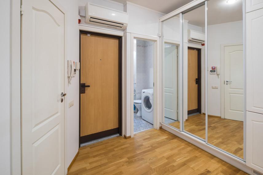 Szafa z lustrzanymi drzwiami