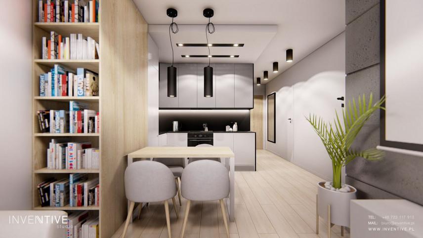 Aranżacja salonu z biblioteczką na całą ścianę