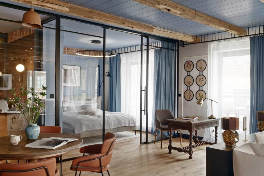 Stylowy salon z sypialnią za przeszkloną ścianą