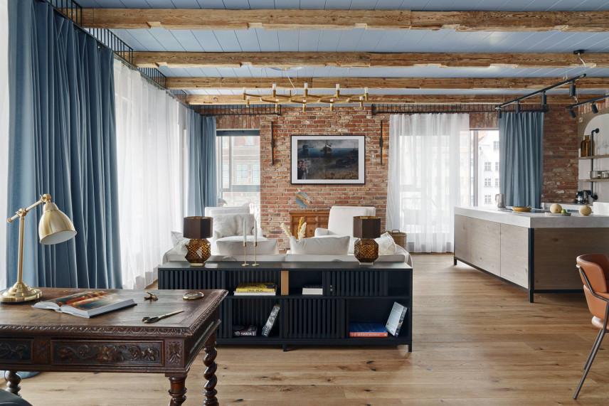 Salon w skandynawskim stylu ze ścianą ze starej cegły
