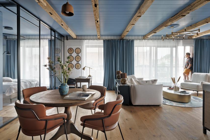 Salon z rustykalnymi, drewnianymi belkami