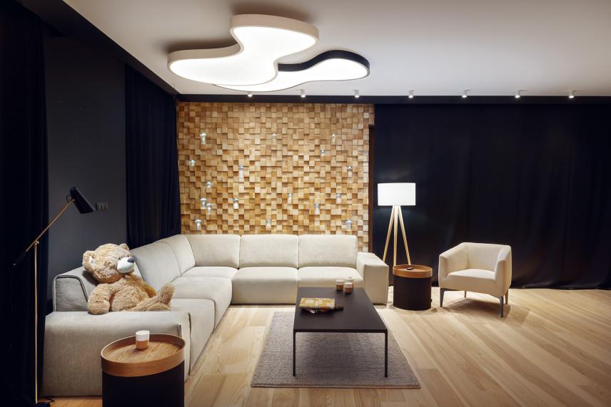 Antracytowy salon ze ścianą z drewna