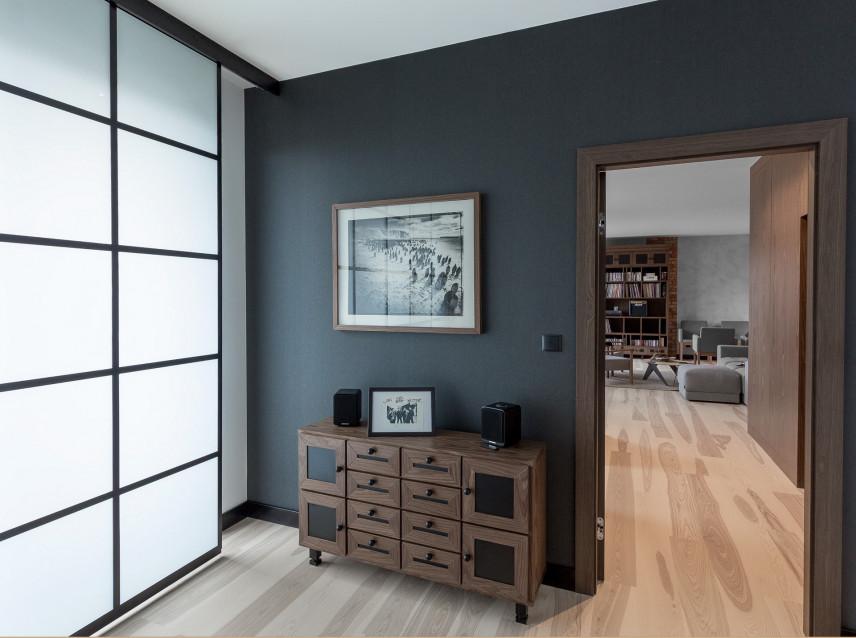 Grafitowa sypialnia z komodą