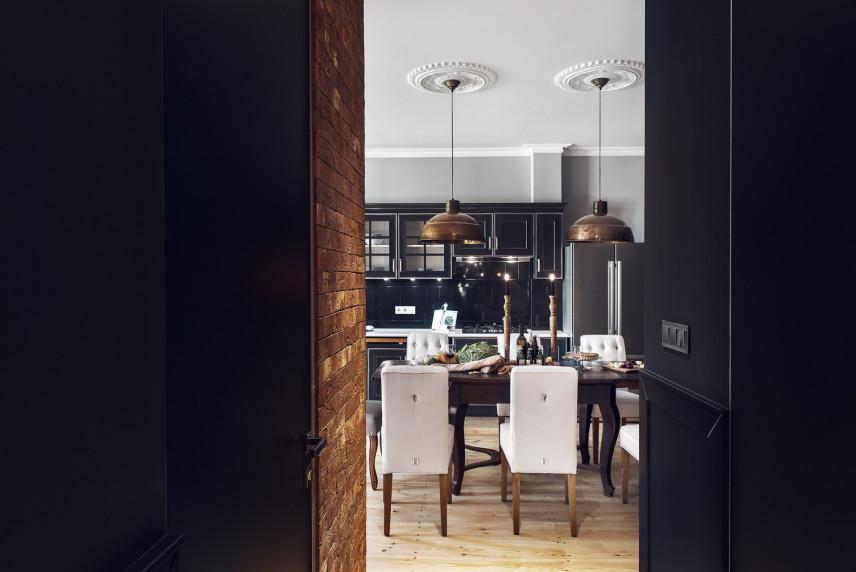 Jadalnia w stylu glamour z loftowymi lampami