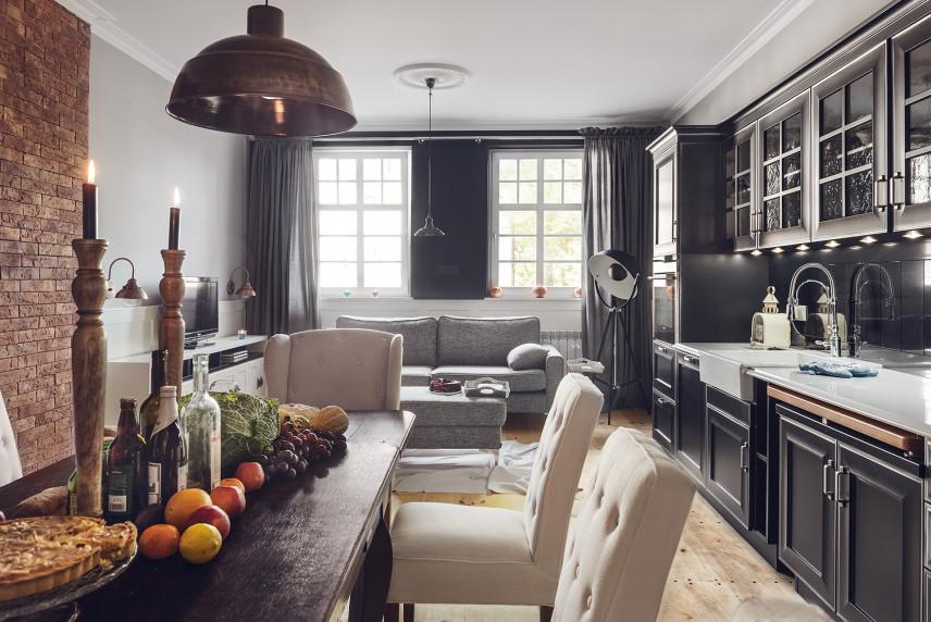 Kuchnia z jadalnią i salonem w stylu glamour