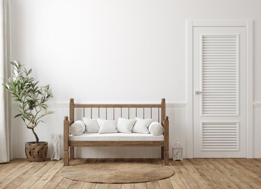 Przedpokoju w stylu skandynawskim  z drewnianą ławeczką