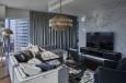Stylowy salon  z marmurem na ścianie