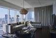 Przestrzenny salon glamour z dużym narożnikiem