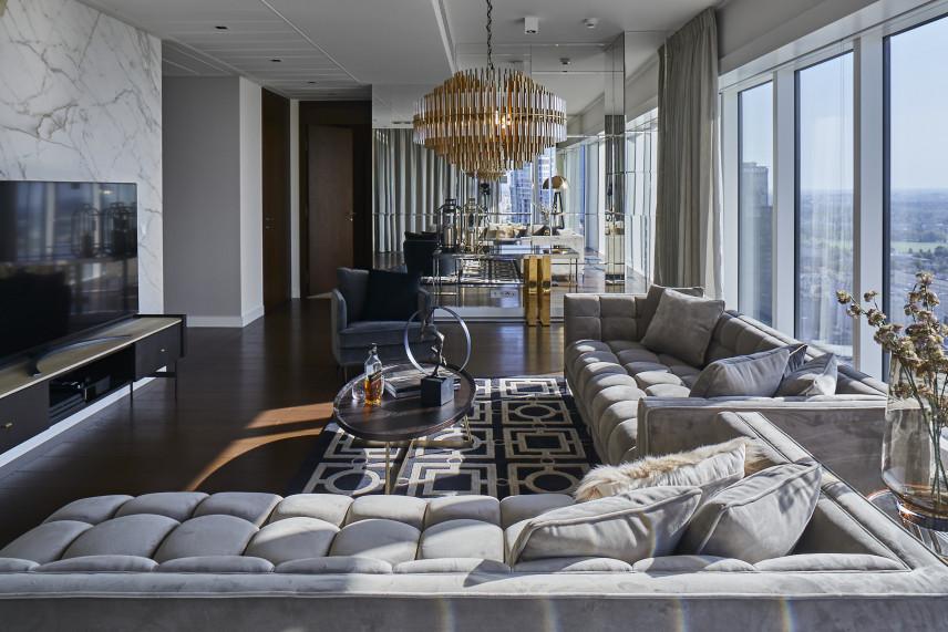 Duży salon z marmurową ścianą w stylu glamour