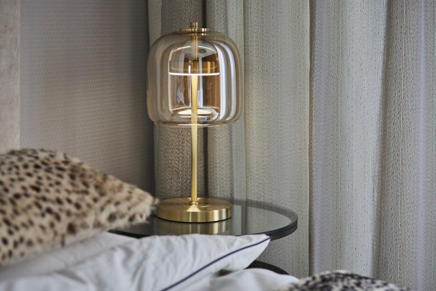 Sypialnia w stylu glamour z designerską lampką nocną