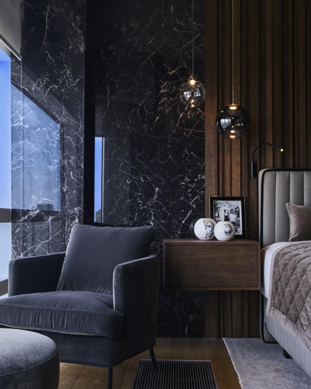 Aranżacja sypialni z marmurową ścianą