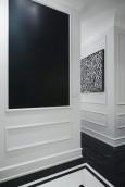 Przedpokój ze sztukaterią na ścianie