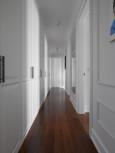 Biały korytarz z ciemną podłogą